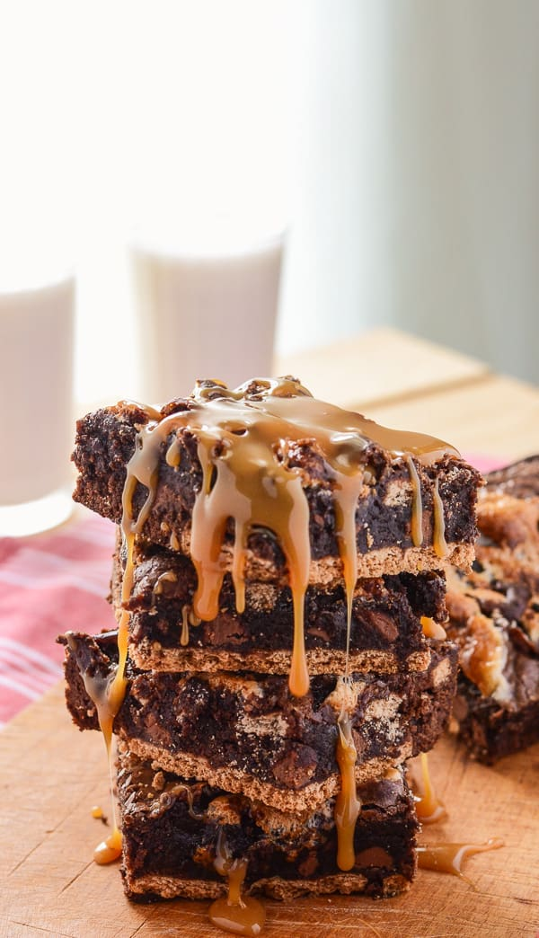 Caramel S'mores Brownies | Amazingly easy gooey s'mores brownies, stuffed with caramel, chocolate chunks & marshmallow, set on a graham cracker crust & drizzled with more caramel.