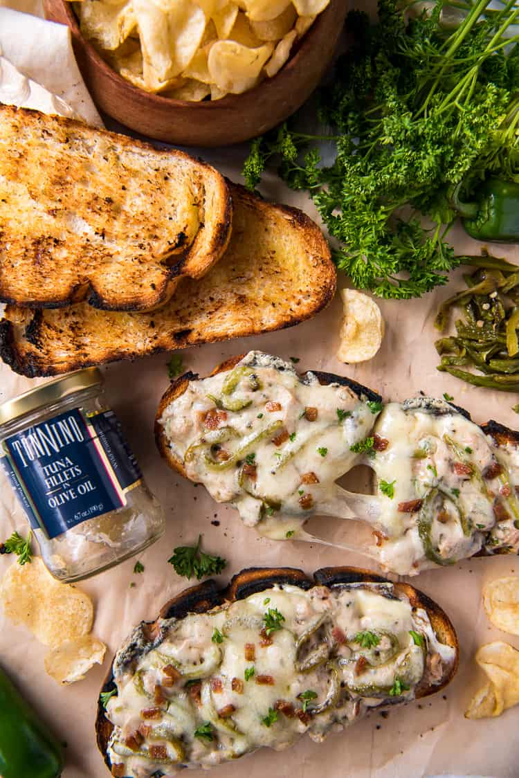 Jalapeno popper tuna melts with potato chips
